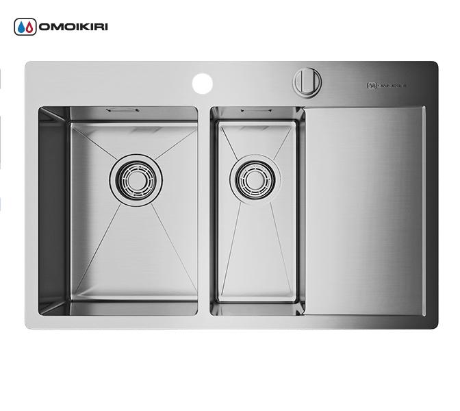 Кухонная мойка из нержавеющей стали OMOIKIRI Kirisame 78-2-IN-L (4993062)Кухонные мойки из нержавеющей стали<br>Кухонная мойка из нержавеющей стали OMOIKIRI Kirisame 78-2-IN-L (4993062)<br><br><br>Размер выреза под мойку: 760х490 мм.<br>Японская высококачественная хромоникелевая нержавеющая сталь.<br>Матовая полировка, устойчивая к появлению царапин.<br>Упаковка обеспечивает максимально безопасную транспортировку.<br>Мойка упакована в пластиковый пакет, уголки из пенопласта, картонную коробку.<br>В комплект включены крепления, выпуск.<br>Корпус мойки обработан специальным шумоподавляющим составом и дополнительными резиновыми накладками с 5-ти сторон чаши.<br><br><br>Комплектация:<br><br>автоматический донный клапан;<br>крепления;<br>сифон.<br><br><br><br><br><br><br>Нержавеющая сталь OMOIKIRI<br>Вся нержавеющая сталь OMOIKIRI соответствует маркировке 18/8. Это аустенитная сталь содержит 18% хрома и 8% никеля, что обеспечивает ее максимальную защиту от коррозии.<br>Нержавеющая сталь OMOIKIRI подвергается уникальной обработке холодом «GOKIN»©, повышающей ее твердость и износостойкость.<br><br><br><br><br><br>Кухонные мойки из нержавеющей стали OMOIKIRI при производстве проходят три этапа контроля качества:<br><br>контроль состава нержавеющей стали на соответствие стандартам содержания цветных металлов и указанной маркировке;<br>проверка качества металлических заготовок перед производством;<br>контроль качества изделий на всех этапах производства.<br><br><br><br><br><br>Руководство по монтажу<br><br><br><br>Официальный сертифицированный продавец OMOIKIRI™<br>