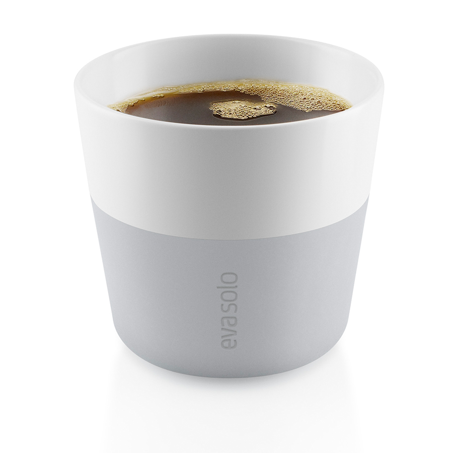 Чашки для лунго 2 шт 230 мл серые Eva Solo 501045Кружки и чашки<br>Чашки для лунго 2 шт 230 мл серые Eva Solo 501045<br><br>Набор из двух чашек для кофе лунго от Eva Solo рассчитана на 230 мл - оптимальный объём, а также стандарт для этого типа напитка у большинства кофе-машин. Чашка изготовлена из фарфора и располагает специальным силиконовым чехлом: можно держать в руках, не рискуя обжечь пальцы. Чехол снимается, и чашку можно мыть в посудомоечной машине. Продуманная и красивая посуда от Eva Solo станет украшением любой кухни!<br>