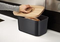Хлебница пластиковая с разделочной доской из бамбука чёрная Joseph Joseph 81103